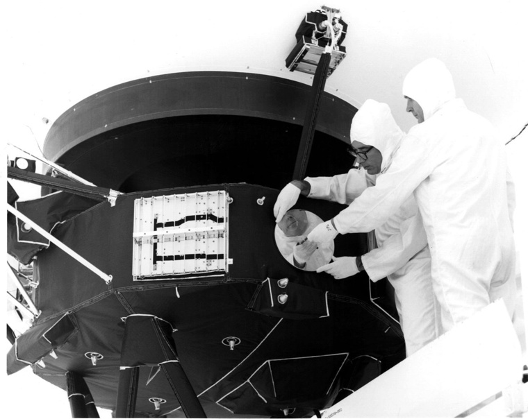 1280px-Record is attached to Voyager 1