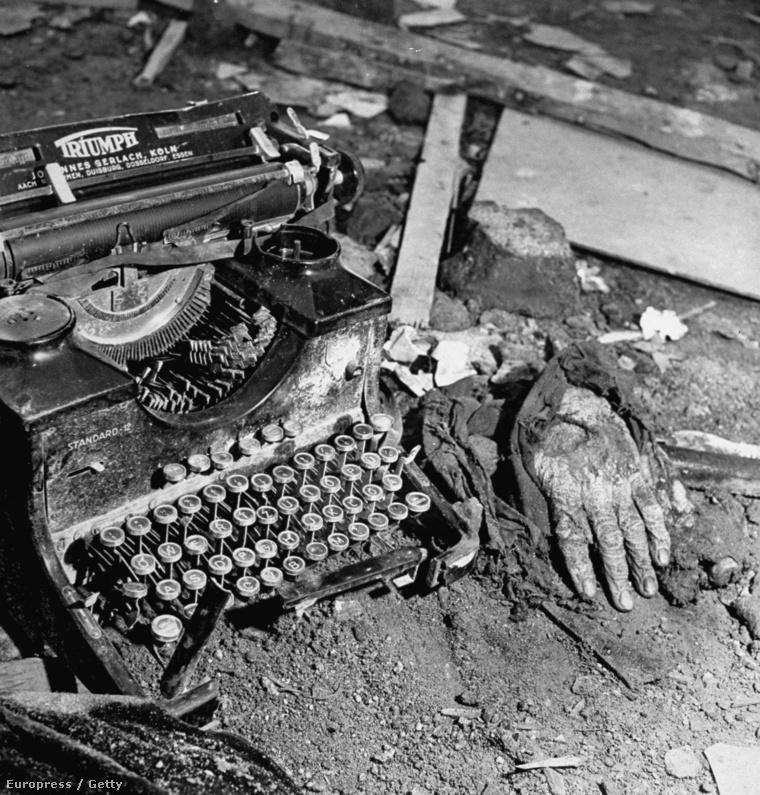 Egy lipcsei írógép, és a kéz, amivel talán épp az utolsó sorokat gépelték a sokszor váratlanul érkező bombák becsapódása előtt. A kép 1945 májusában készült.