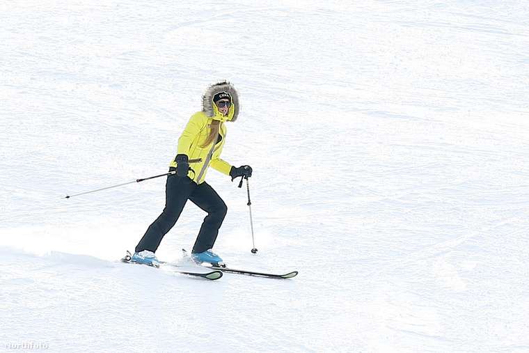 Paris Hilton Aspenben citromsárgában csúszott