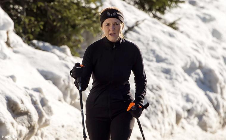 Ő Sarah Ferguson, aki mint valami női James Bond nyomta a nordic walkingot Svájcban