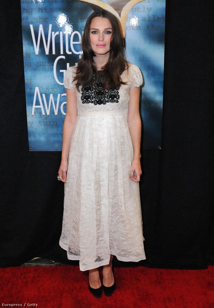 Keira Knightley megmutatta egyre nagyobb terheshasát ebben a nagyon cuki ruhában...