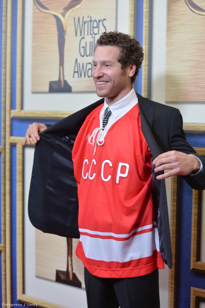 Gabe Polsky nem véletlenül viseli ezt a pólót,  őt a Red Army című dokumentumfilmje forgatókönyvéért jelöltek díjra (nem kapta meg), ami az egykori Szovjetunió legendás hokicsapatáról szól.