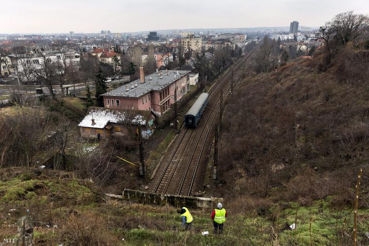 A Déli pályaudvar alagútjának bejárata 2015. február 4-én. A Déli és a Kelenföldi pályaudvarok közötti alagútnál január 25-én kődarabok hullottak a megcsúszott támfalból a sínekre akkor csak korlátozták a forgalmat január 31-én azonban le kellett zárni az alagutat mert újabb kövek estek a vágányra és tovább csúszott a támfal földje.