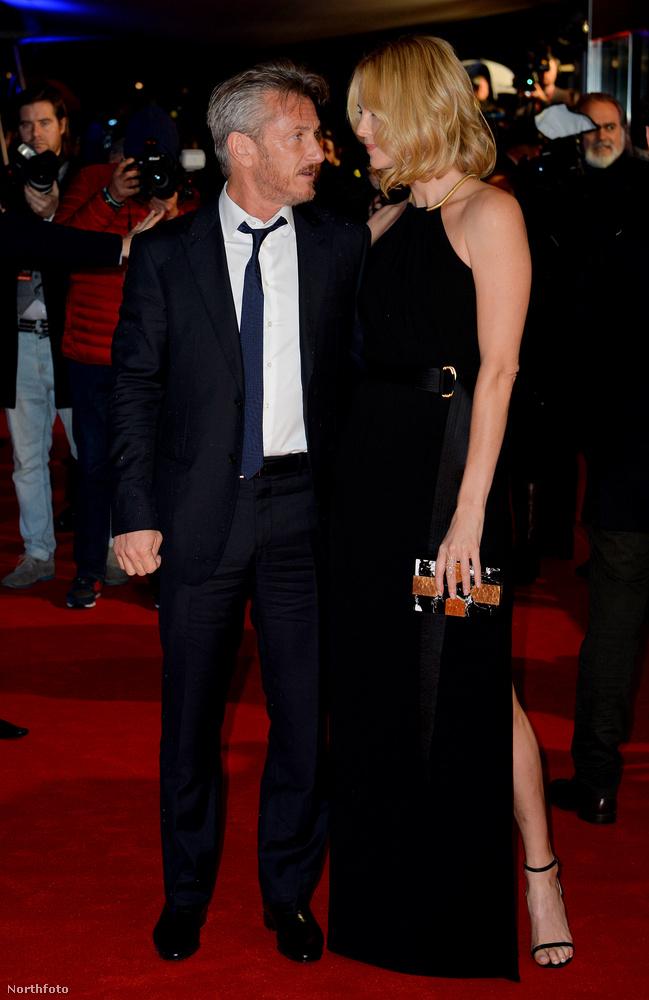 Charlize Theron is elkísérte a bemutatóra, és nagyon szerelmesen néztek egymásra.