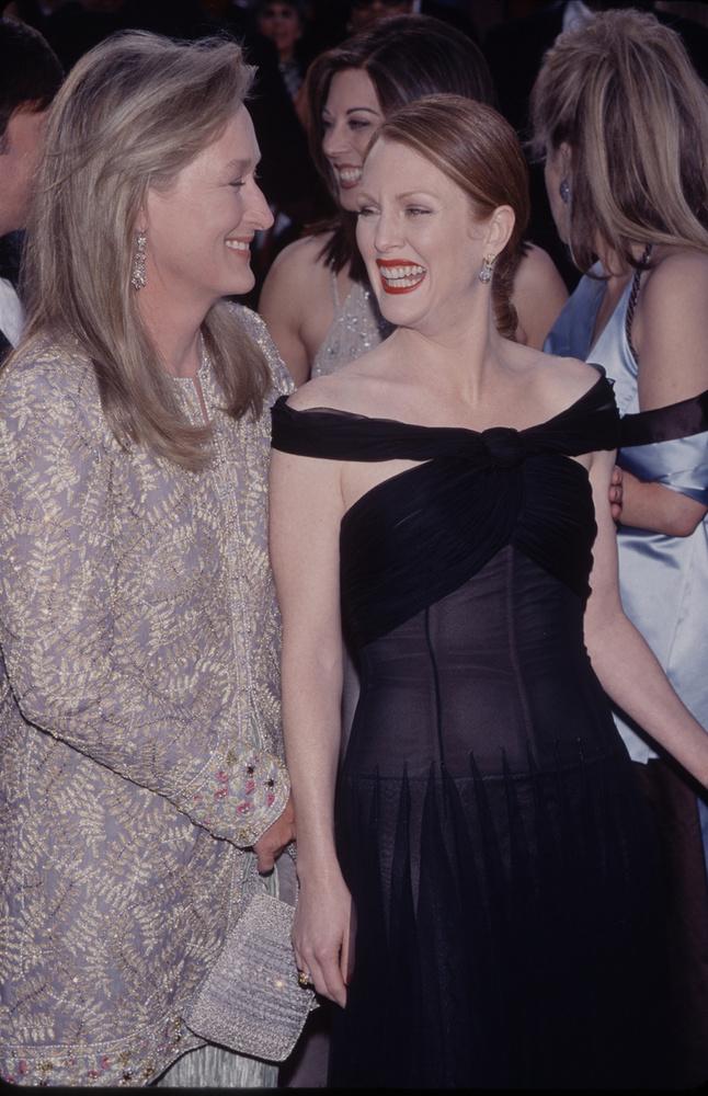 Meryl Streep és Julianne Moore vihorásznak,