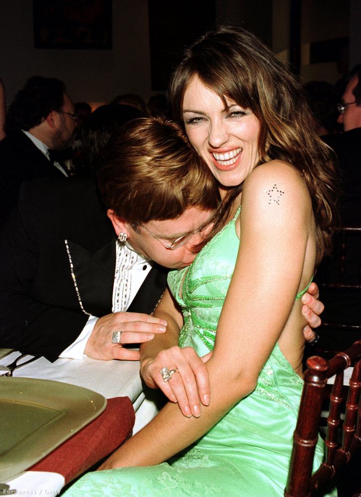 Mondjuk nem annyira vidáman, mint Elton John és Liz Hurley ezen az afterpartin.