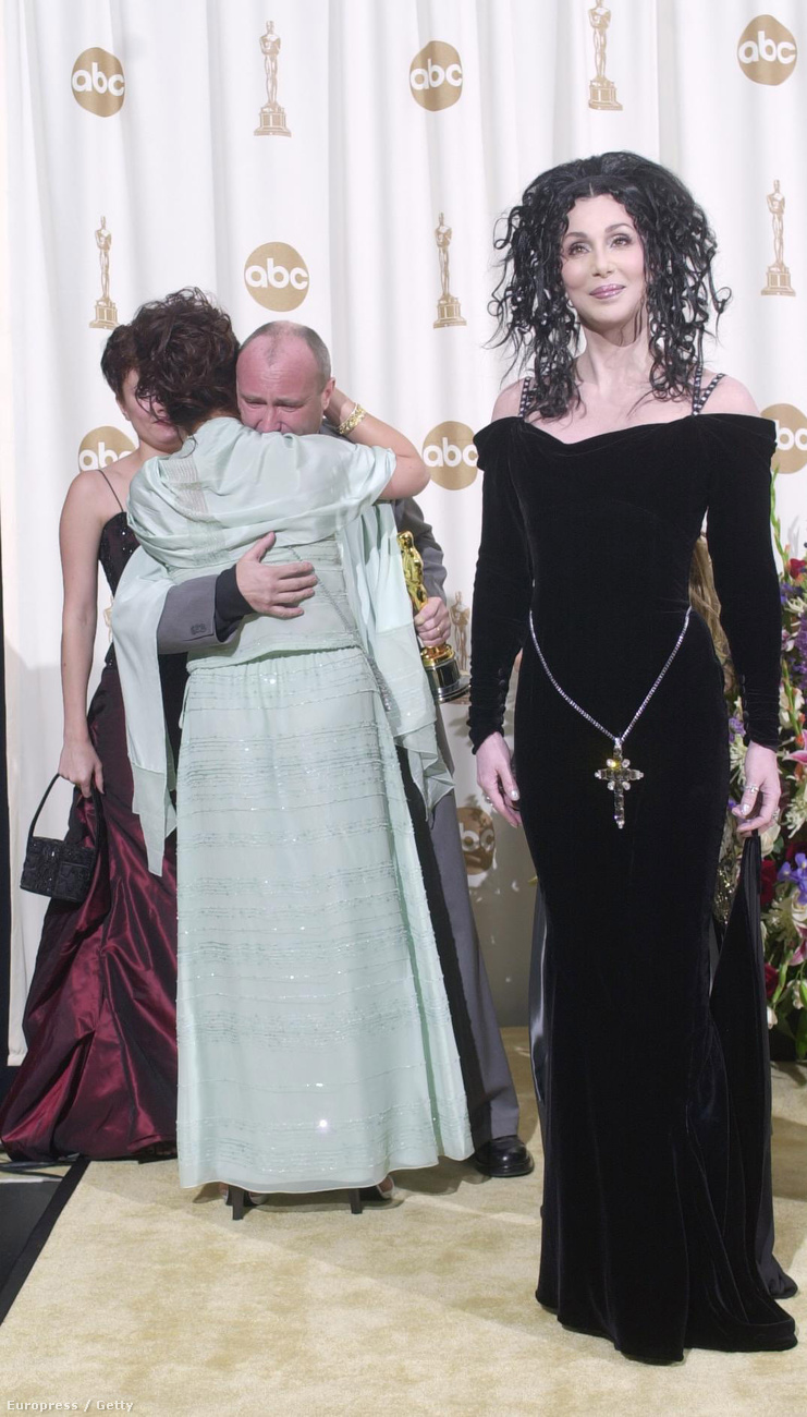Phil Collinst neje öleli, mellettük a gótboszorkánnyá fazonírozott Cher pózol.