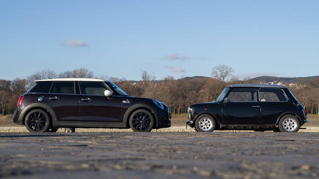 Nem modellautó, egy igazi Mini áll az ötajtós előtt