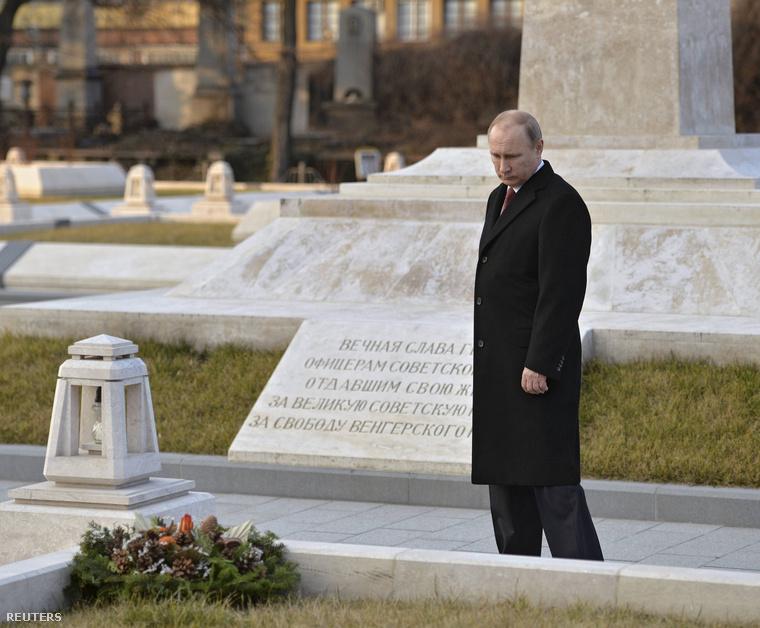 Putyin koszorúzott a Fiumei úti sírkertben a szovjet katonai parcellában, ahol az '56-os forradalomra ellenforradalomként hivatkozó obeliszkek is állnak