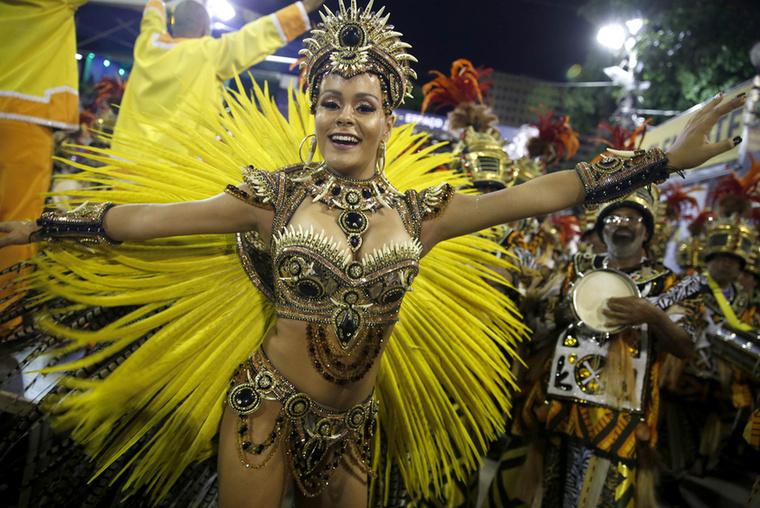 A Sao Clemente-i samba iskola királnyője, Raphaela Gomes.