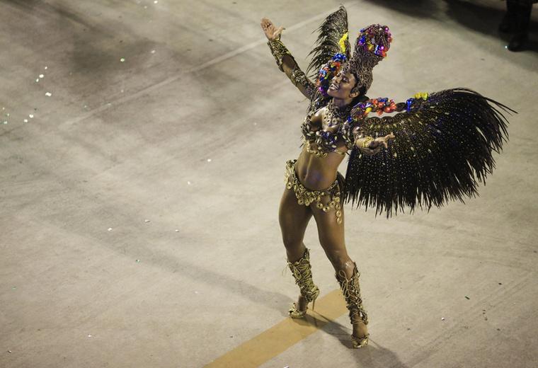 Egy tökéletes testű táncosnő.