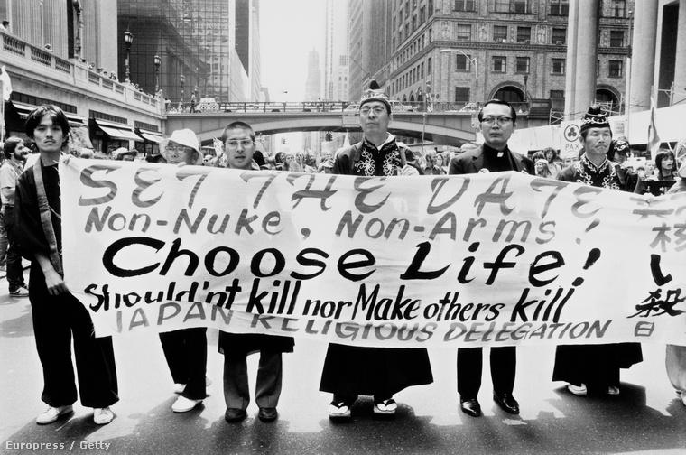 Atomfegyverek leszerelésséért tüntető aktivisták New Yorkban