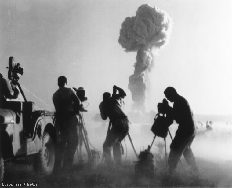 Operatőrök egy kísérleti atomrobbantás helyszínén Nevada államban