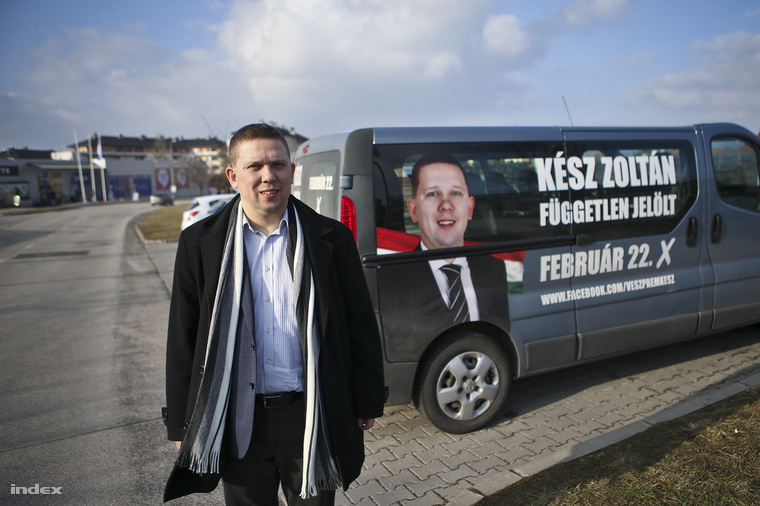 Kész Zoltán a kampánybusza mellett