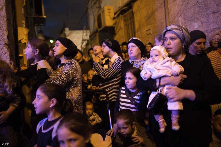 Ultra-Ortodox zsidó nők gyerekeikkel Jeruszálemben
