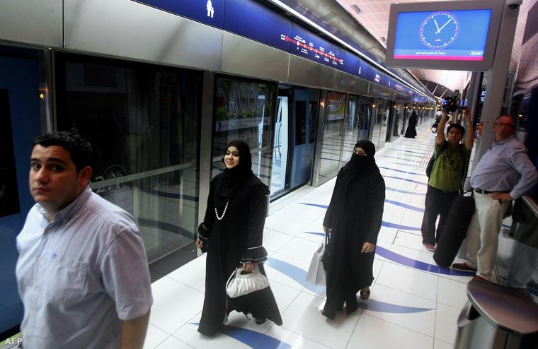 Emírségbeli nők a dubaji metróban