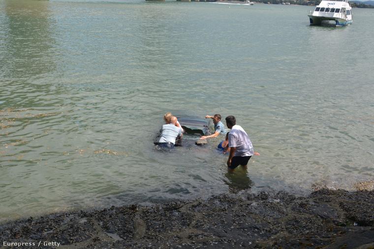 Két rendőr gyors közbelépésének köszönheti egy új-zélandi nő, hogy nem fulladt meg vízbe süllyedt kocsijában - írja a Huffington Post