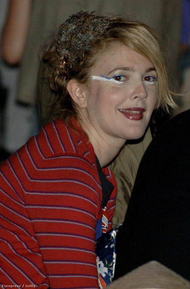 Ez még mindig 2009, és Barrymore még mindig imádta magát hülyén kisminkelni