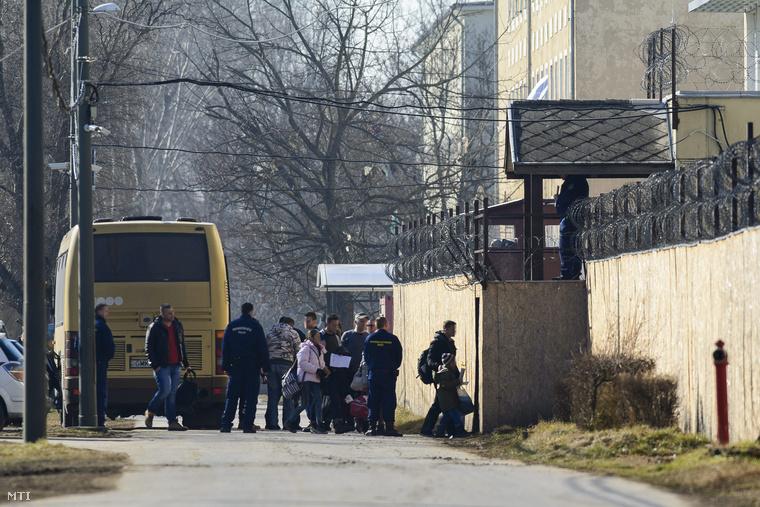 Menekültek szállnak le egy autóbuszról a Bevándorlási és Állampolgársági Hivatal debreceni befogadó állomásán 2015. február 13-án.