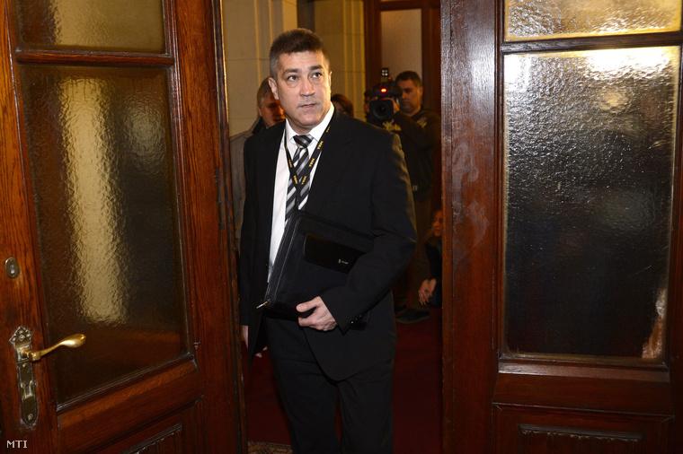 Hajdú János a Terrorelhárítási Központ főigazgatója és Bodnár Zsolt főigazgató-helyettes érkezik az Országgyűlés honvédelmi és rendészeti bizottságának zárt ülésére a Parlamentben 2015. január 19-én.