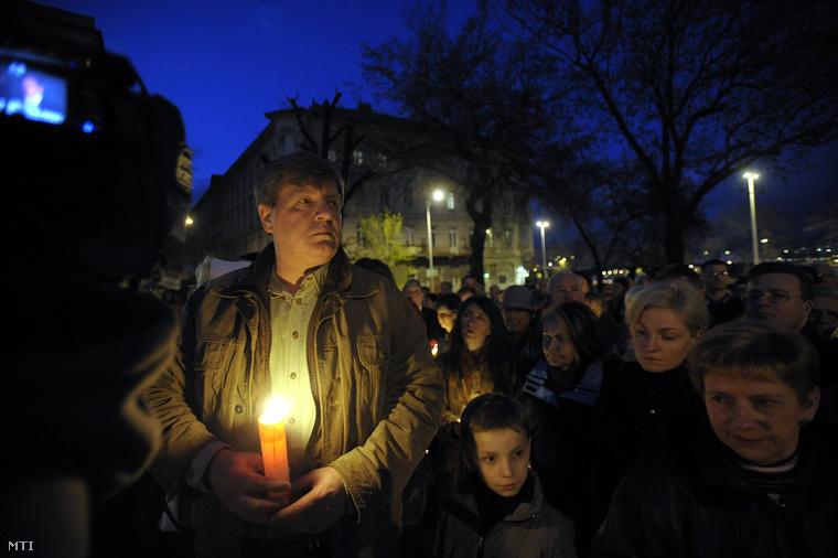 Gyertyagyújtásos megemlékezés a lengyel légi katasztrófa áldozatainak emlékére Budapesten a Bem téren, 2010. április 10-én. Balra Stumpf István a Századvég Alapítvány elnöke.