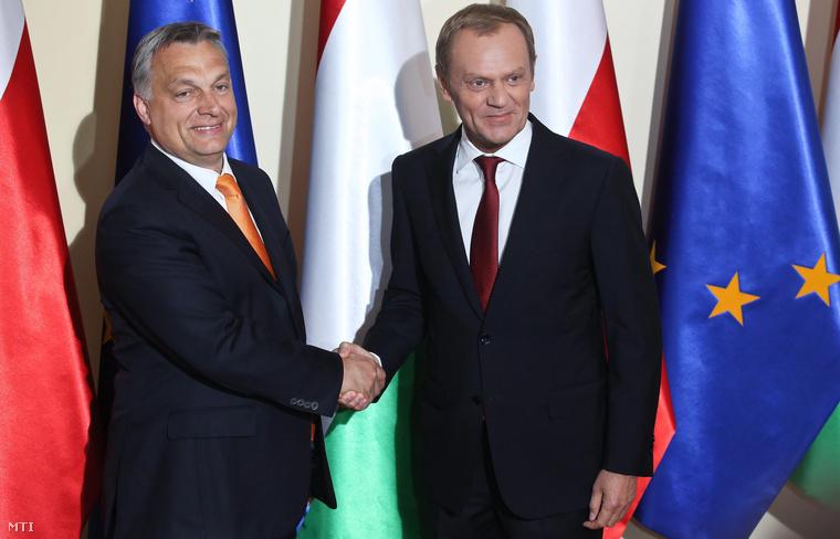 Donald Tusk lengyel miniszterelnök (j) üdvözli Orbán Viktor magyar kormányfőt Varsóban 2014. május 5-én.