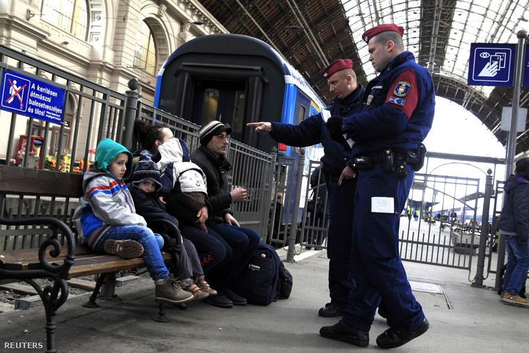 Menekülteket igazoltatnak a rendőrök a Keleti pályaudvaron