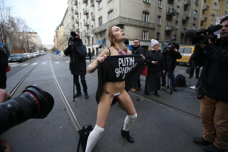 A héten nálunk is tüntetett a FEMEN egyik pucér aktivistája