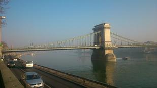 Ködszörny nyelte el az Erzsébet hidat