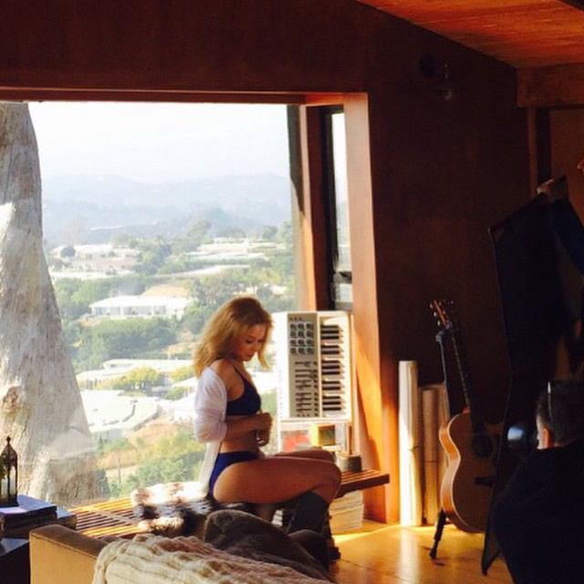 Kylie Minogue-t itt valószínűleg profi fotósok is követik