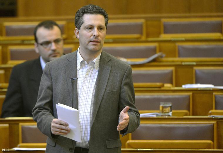 Schiffer András felszólal a vitanapon az Országgyűlés plenáris ülésén 2015. február 20-án.