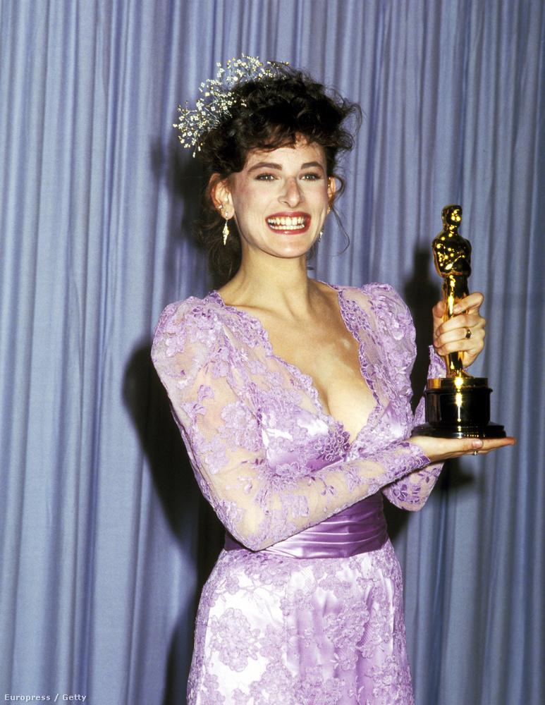 Marlee Matlin (Oscart az Egy kisebb isten gyermekei című filmjéért kapott) 1987-ben azt is megmutatta a mai celebnőknek, hogyan kell ízlésesen mellközt prezentálni.