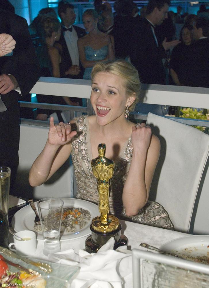 2006-ban Reese Witherspoon A nyughatatlan női főszerepéért kapott szobra mellett vacsorált, láthatóan jókedvűen.
