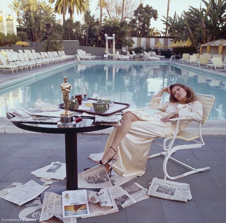 Ezt a képet talán már látták, de Faye Dunaway másnapos mélázása a Hálózatért kapott díjával megérdemli az ismétlést
