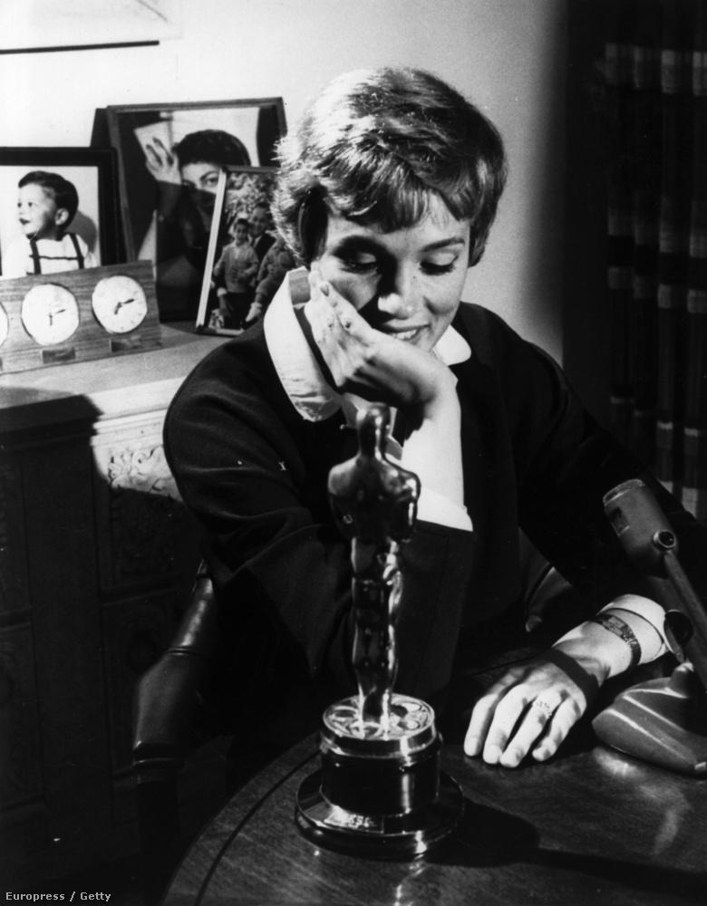 1964, Julie Andrews nézi a Mary Poppinsért kapott elismerést.