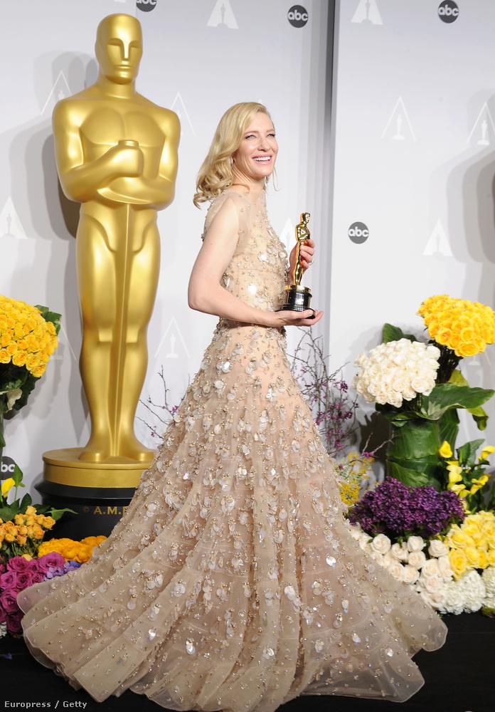 Tavaly pedig Cate Blanchett mutatta meg így a fotósoknak a Blue Jasmine-ért kapott díját