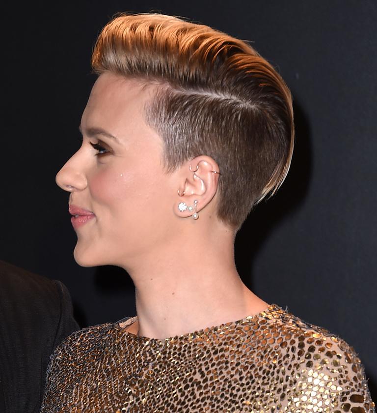 Oldalról pedig ilyen a haja.