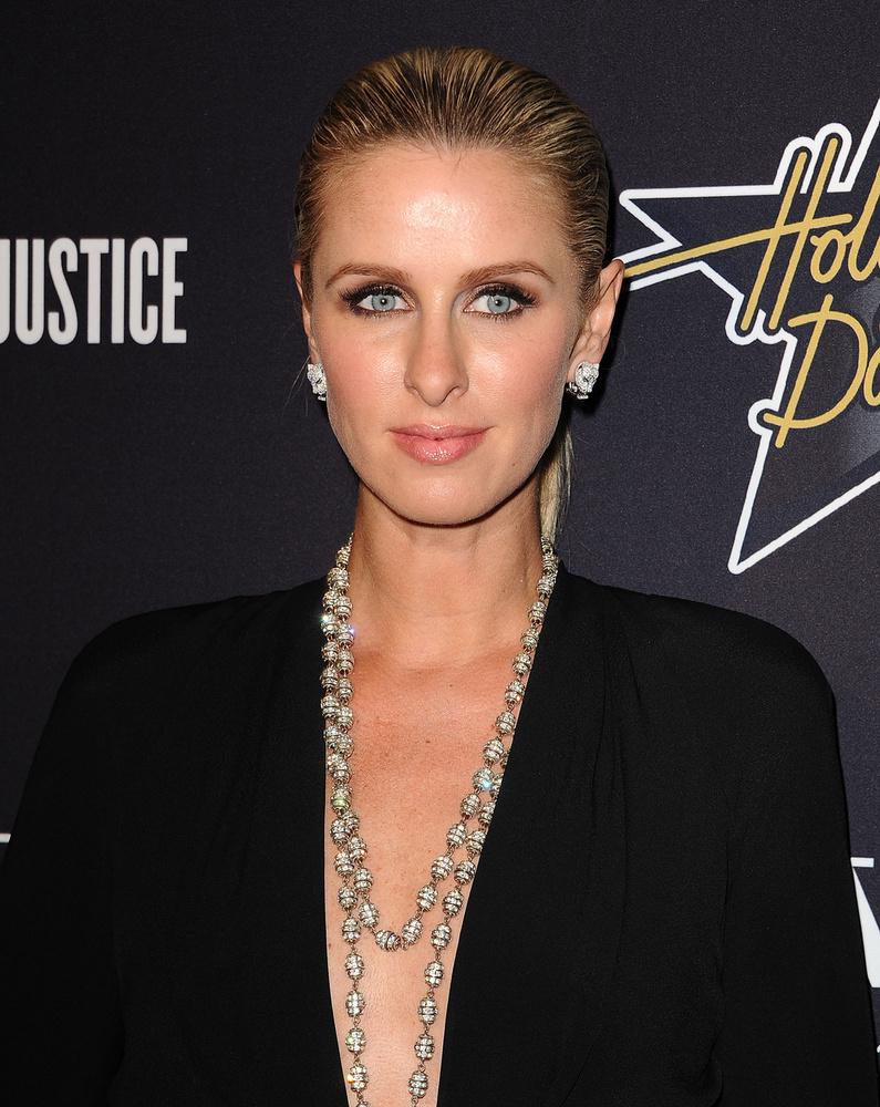 Nem úgy Nicky Hilton, aki testvéréhez hasonlóan szívesen mutogatja a dekoltázsát