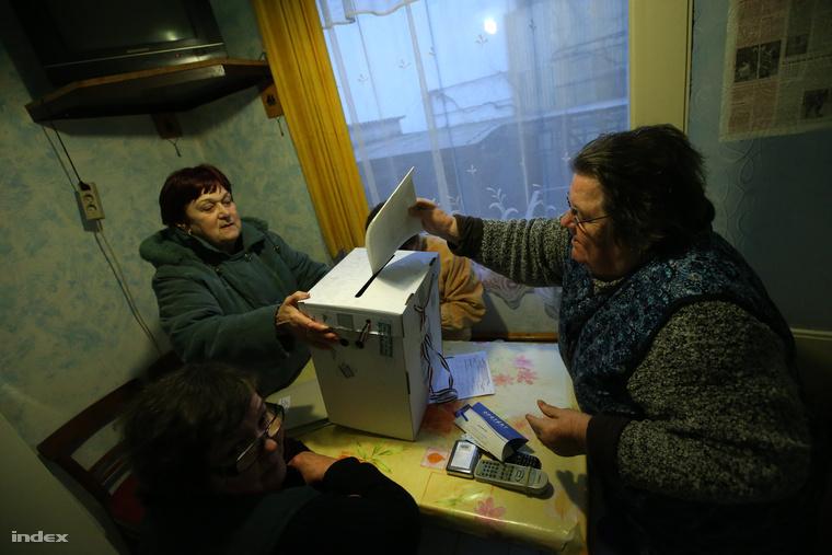 Mozgóurnás szavazás Veszprémben