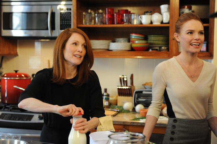 Julianne Moore akkor is gyönyörű, ha tökéletesre belőtt frizurával a tejet bontja fel otthon.