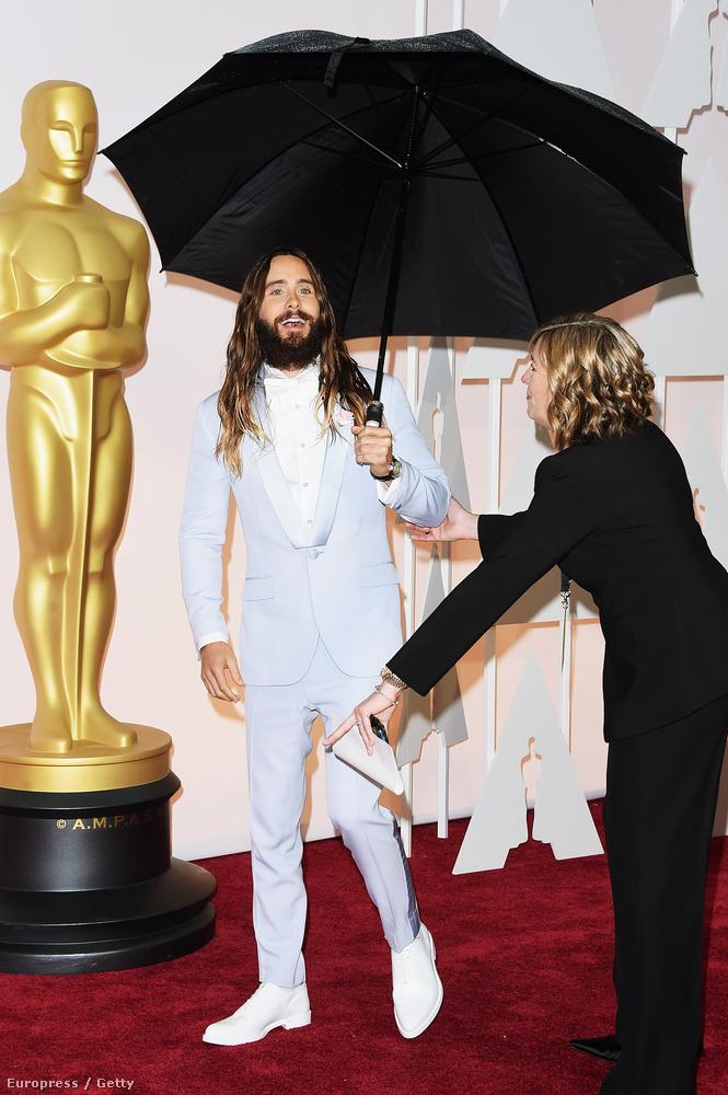 Az esernyővel békésen sétálgató Jared Letót egy agresszív celebpásztor terelgeti.