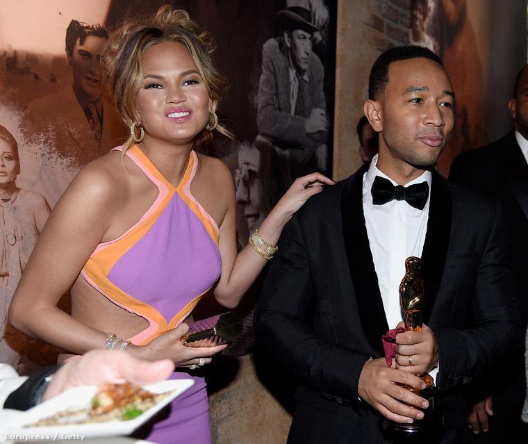 John Legend, számos érdeme mellett, most jóval kevésbé érdekes, mint neje, Chrissy Teigen arckifejezése.