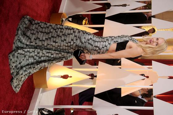 Naomi Watts szintén fémesen szürke, téglamintás ruhája különösebben nem ronda éppen, csak olyan, mintha a színésző egy kínai piacon túrta volna