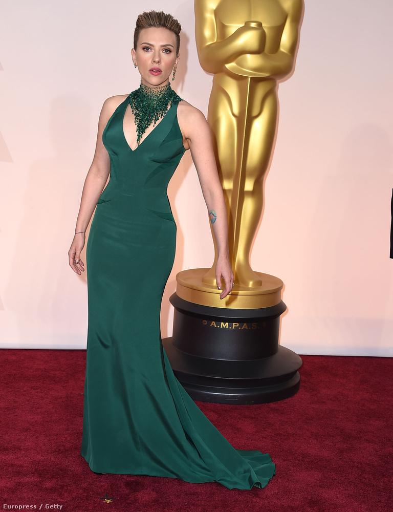 Scarlett Johansson Versacéban abszolválta az év gáláját, de sajna a felnyírt fejével és a giganyaklánccal nem nézett ki olyan jól, mint szokott