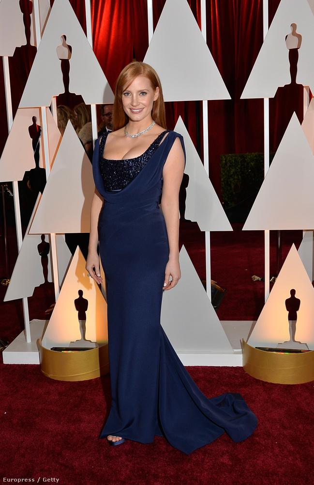 Jessica Chastain mellei is nagyon jól érvényesülnek ebben az éjkék Givency-ruhában, de szerintünk valahogy ez se elég elegáns egy Oscar-gálához