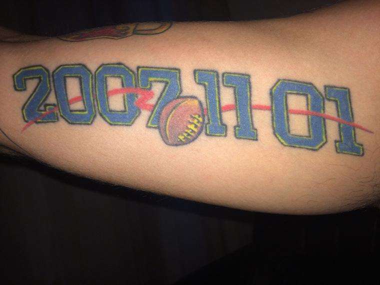 """""""A 2007.11.01-es tetoválás az akkor megnyert amerikaifoci-döntőre emlékeztet, amikor a csapatommal mint testvérek küzdöttünk együtt a legjobb (addig veretlen) csapat ellen, 0 eséllyel mentünk ki a pályára, mégis megsemmisítő győzelmet arattunk."""""""