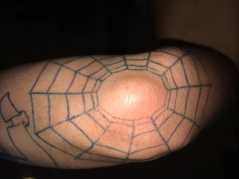 """""""A pókháló tetoválás a könyökömön egy baráti társaságra emlékeztet, és hiába """"sittes"""" motívum, se nekem, se semelyik srácnak nincs köze ilyesmihez :)"""""""