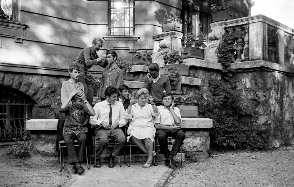 Braun Ferenc, a képek készítője 1965-ben került be az akkor még Május 1. utcai - ez a a mai Hermina út - Mozgássérültek Állami Intézetébe. Ferenc egy gyerekkori baleset miatt volt mozgássérült, többször is kellett műteni. Mivel Ferenc már meghalt, és a képeket unokaöccse, Braun Antal jutatta el a Fortepanhoz a hagyaték megőrzése céljából, csak keveset tudni arról, mivel volt az élet akkoriban az intézményben. Ferenc testvérének a visszaemlékezései szerint a fiatal férfi körülbelül 3 - 3,5 fél évet élt a Május 1. úti intézményben, aztán munkát kapott egy telefongyárban és ezért ki kellett költöznie onnan. Az intézmény akkoriban állítólag elég jól működött, mert egy állami vezetőnek is bentlakó volt az egyik rokona, ezért kiemelt figyelmet és támogatást kaptak.
