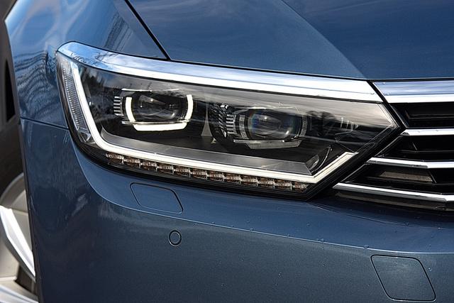 Annyi esze van a lámpának, mint egy okosabb fajta háziállatnak. ez a ledes fényszóró, az alapban adott halogénes máshogy néz ki és meg is változtatja az autó pofáját