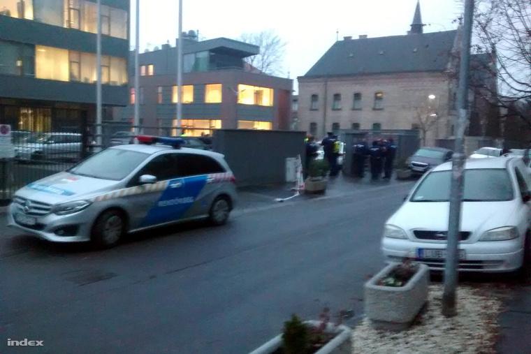 A kora esti órákban rendőrök érkeztek nagyobb számban a cég budapesti, Ménesi úti központjához
